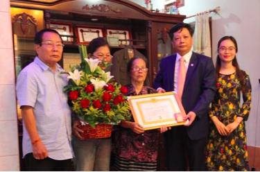 Lần đầu tiên một kiều bào tại Lào được trao Huy hiệu 70 năm tuổi Đảng
