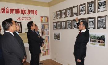 Kiều bào xúc động tham quan phòng trưng bày về Chủ tịch Hồ Chí Minh tại Canada