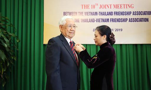 Bà Nguyễn Phương Nga, Chủ tịch Liên hiệp các tổ chức hữu nghị Việt Nam trao tặng Huy chương Hữu nghị cho ông Prapansak Bhatayanond, Phó Chủ tịch Hội hữu nghị Thái Lan - Việt Nam.