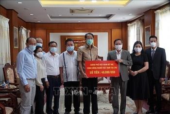 Chính phủ Việt Nam trao 40.000 USD hỗ trợ kiều bào tại Lào chống dịch COVID-19