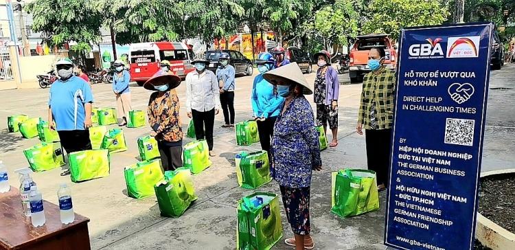 Những món quà của Hội hữu nghị Việt Đức TP.HCM (VDFG) và Hiệp hội Doanh nghiệp Đức tại Việt Nam (GBA) đã phần nào mang sự ấm áp đến cho gia đình tại phương Cát Lái và Tân Phú (TP.HCM)