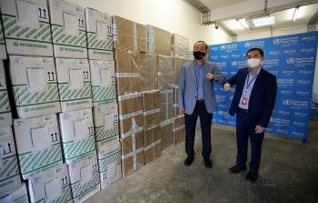 WHO trao tặng lô hàng vật tư y tế trị giá trên 400.000 USD, hỗ trợ Việt Nam chống dịch COVID-19