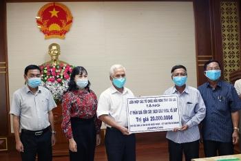 Liên hiệp các tổ chức hữu nghị tỉnh Gia Lai tặng 47 phần quà cho học sinh người Việt tại tỉnh Ratanakiri