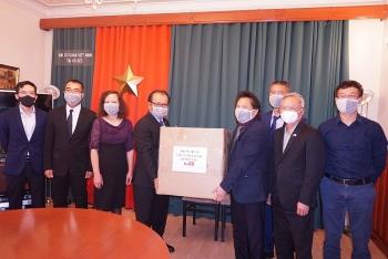Trao tặng 4.000 khẩu trang y tế chuyên dụng cho cộng đồng người Việt tại Séc