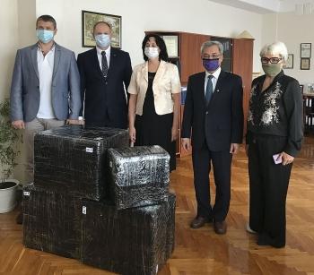 ĐSQ Việt Nam tại Ukraina và Hội Hữu nghị Ukraina-Việt Nam tặng quà ngôi trường mang tên Chủ tịch Hồ Chí Minh