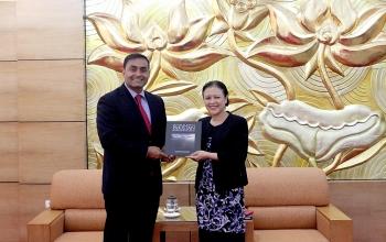 Chủ tịch VUFO Nguyễn Phương Nga và Đại biện lâm thời ĐSQ Pakistan trao đổi thông tin về giao lưu nhân dân