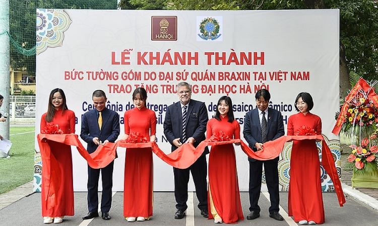 TS Nguyễn Văn Lạng cắt băng khánh thành Bức tường gốm cùng Đại sứ Brazil và lãnh đạo trường Đại học Hà Nội