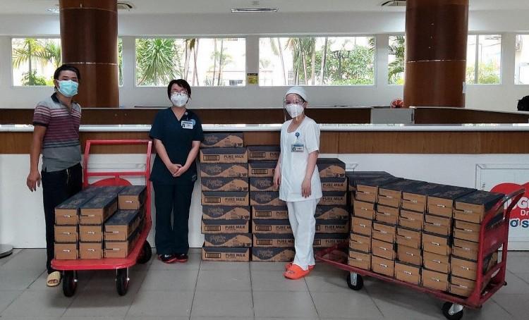 Đại diện các bệnh viện nhận sữa do cộng đồng người Việt tại New Zealand quyên góp.