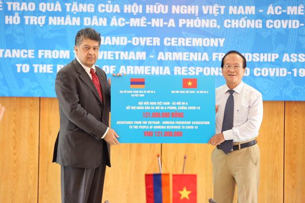 Chủ tịch Hội Hữu nghị Việt Nam - Ác-mê-ni-a Nguyễn Văn Thuận trao số tiền 121.300.000đ (tương đương 5.000 USD) quyên góp, ủng hộ nhân dân Ác-mê-ni-a chống dịch COVID-19 cho Đại sứ đặc mệnh toàn quyền Ác-mê-ni-a tại Việt Nam Vahram Kazhoyan ngày 17/6/2020.