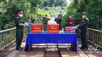 Đắk Nông tặng hơn 5 tấn nhu yếu phẩm, vật tư y tế cho Việt kiều và Tiểu khu Quân sự tỉnh Mondulkiri (Campuchia)