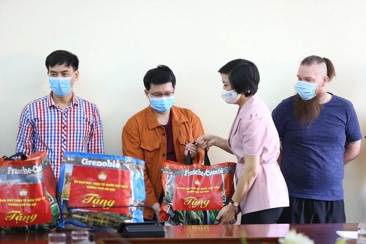 Phó Chủ tịch Liên hiệp các tổ chức hữu nghị thành phố Hà Nội Trần Thị Phương trao quà hỗ trợ cho người nước ngoài đang sinh sống, học tập trên địa bàn quận Đống Đa (Hà Nội) gặp khó khăn do dịch COVID-19