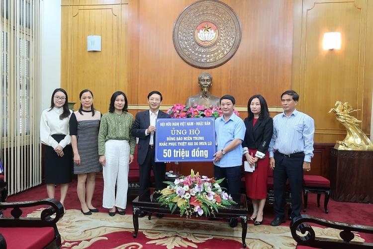 Hội Hữu nghị Việt Nam - Nhật Bản ủng hộ đồng bào vùng lũ lụt miền Trung 50 triệu đồng