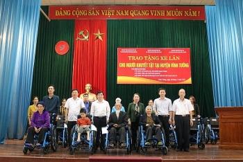 Trao tặng xe lăn cho người khuyết tật Hà Tĩnh, Vĩnh Phúc