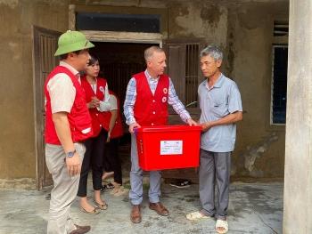 Đại sứ Anh thăm hỏi, tặng quà người dân vùng lũ tại Quảng Bình