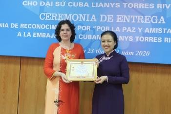 """Trao Kỷ niệm chương """"Vì hoà bình, hữu nghị giữa các dân tộc"""" cho Đại sứ Cuba tại Việt Nam"""