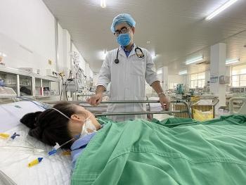 Cần Thơ: Bệnh nhân sốc phản vệ suy đa tạng suýt mất mạng vì bị ong đốt