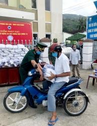 Kiên Giang: Đồn Biên phòng Hòn Sơn hỗ trợ người nghèo bị ảnh hưởng COVID-19