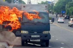Kiên Giang: Ô tô tải đang chạy trên cầu bỗng dưng bốc cháy dữ dội