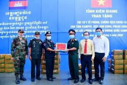 Kiên Giang: Trao thiết bị y tế cho lực lượng vũ trang Campuchia phòng, chống COVID-19