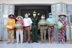 Bộ đội Biên phòng An Giang tặng 100 suất quà cho người dân nghèo ở vùng biên giới