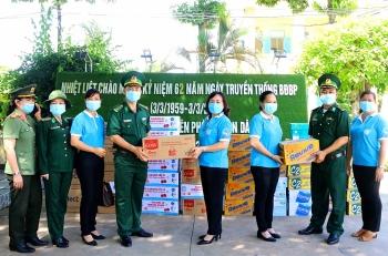 Thăm, tặng quà các chốt phòng chống dịch Covid-19 trên tuyến biên giới Hà Tiên