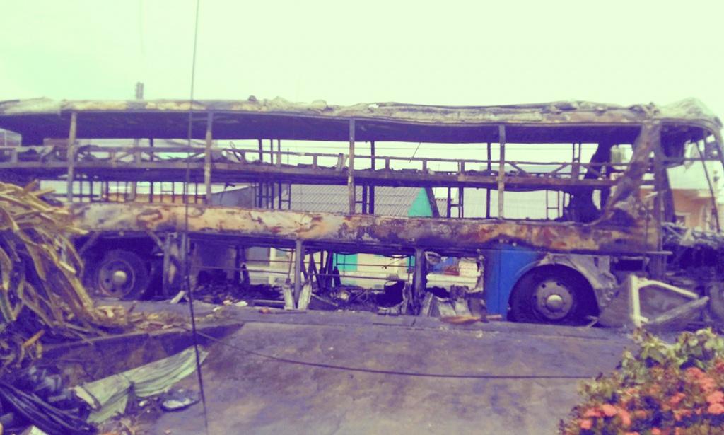 xe guong nam cho hang chuc hanh khach boc chay tren quoc lo trong dem