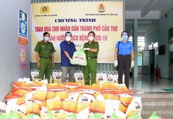 Công an An Giang: Tặng 1.000 phần quà cho nhân dân Cần Thơ bị ảnh hưởng dịch Covid-19