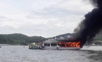 Kiên Giang: Tàu chở khách du lịch bất ngờ bốc cháy trên biển