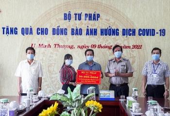 Bộ trưởng Bộ Tư pháp trao 300 triệu đồng cho người dân gặp khó do dịch tại Kiên Giang