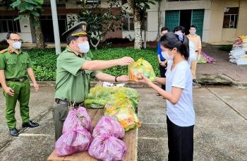 Hành trình 200 tấn gạo và 27 tấn cá tươi đến tay người dân gặp khó do dịch Covid-19