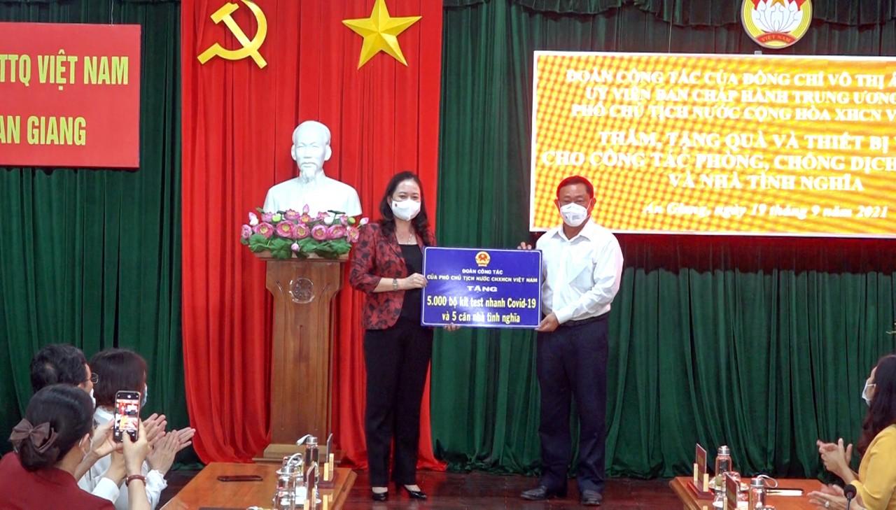 Phó Chủ tịch nước trao tặng vật tư y tế phòng, chống dịch Covid-19 cho tỉnh An Giang