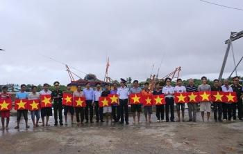 Bộ Tư lệnh Vùng Cảnh sát biển 4 đồng hành với ngư dân vươn khơi bám biển