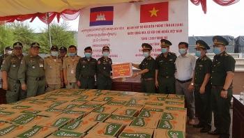 An Giang: Trao tặng 3.000 thùng mì tôm cho 2 tỉnh Takeo, Kandal bị ảnh hưởng bởi mưa lũ