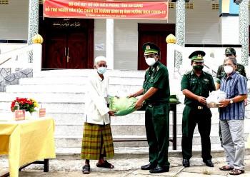 Bộ đội Biên phòng An Giang hỗ trợ nhu yếu phẩm cho đồng bào Chăm nơi biên giới