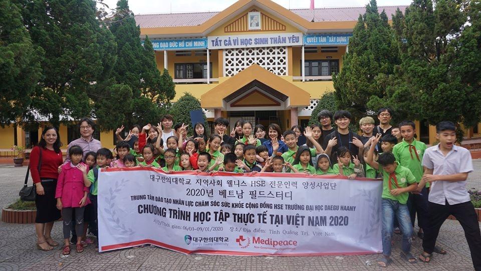 Chương trình tham quan học tập thực tế của đoàn sinh viên Đại học Daegu Haany tại Trường Trẻ Em Khuyết tật Quảng Trị với hoạt động cải thiện môi trường sinh hoạt cho các em học sinh. Ảnh do tổ chức cung cấp