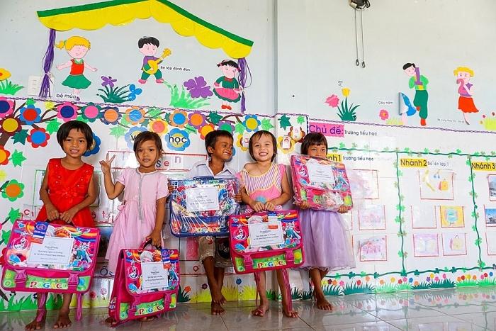 peacetrees vietnam trao hon 150 cap sach cho tre em quang tri