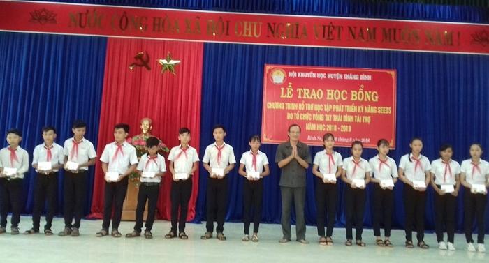 cac to chuc phi chinh phu trao hon 2000 suat hoc bong cho hoc sinh sinh vien ngheo quang nam