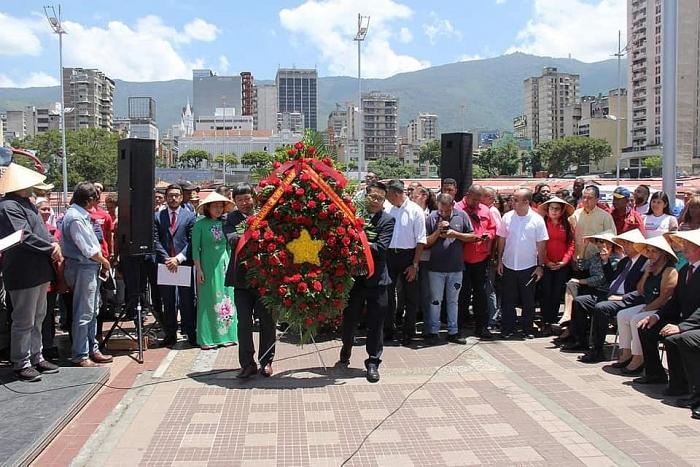 dong dao nguoi dan thu do venezuela dang hoa tuong niem bac ho