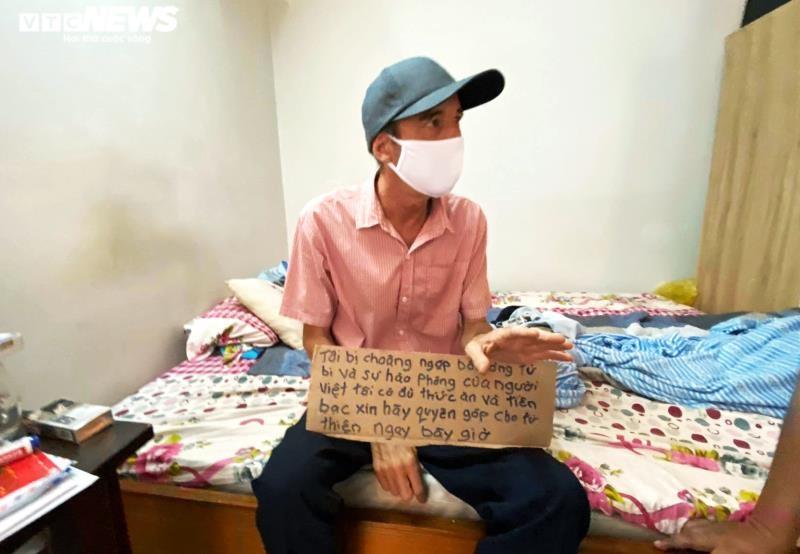 Nay thầy John đã có việc làm, chỉ nhận đủ số tiền mình cần, số còn lại gửi cho những người có hoàn cảnh khó khăn hơn mình. (Ảnh: VTC News)
