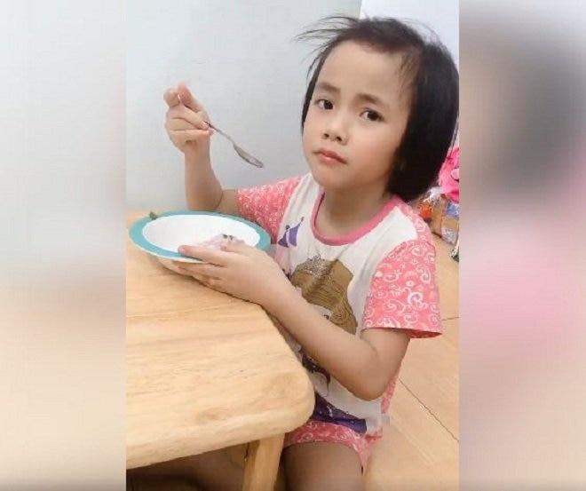 cuoc song hanh phuc cua em be muong lat liet 2 chan sau 3 nam duoc nhan nuoi