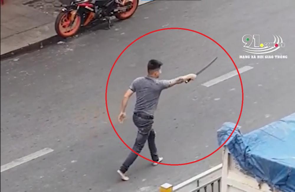 Video: Rút kiếm truy đuổi đối thủ sau va chạm giao thông