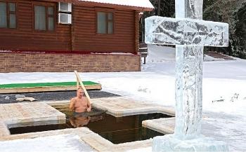 Video: Tổng thống Putin cởi trần, ngâm mình xuống hồ nước lạnh giá