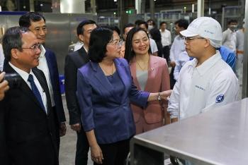 Phó Chủ tịch nước thăm hỏi, động viên công nhân nhà máy sữa Vinamilk trước Tết Tân Sửu