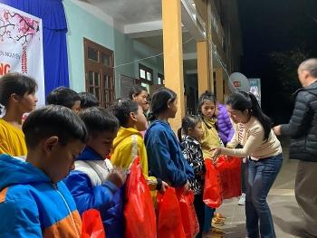Lưu học sinh Việt tại Trung Quốc trao quà tết cho học sinh Nam Trà My