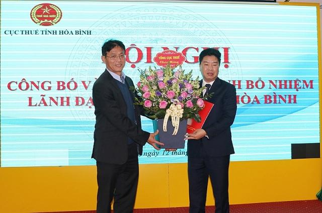 Ông Vũ Hồng Long nhận quyết định bổ nhiệm chiều 12/2 (Ảnh: Báo Hoà Bình)