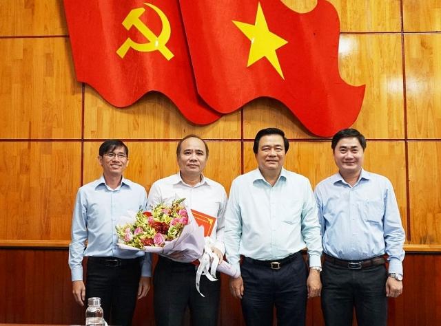 Ông Phùng Tấn Tú (thứ 2 từ trái sang) được bổ nhiệm làm Phó Tổng biên tập Báo Long An (Ảnh: Báo Long An)