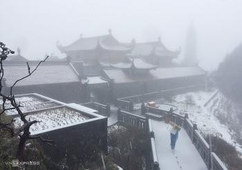 Tuyết rơi bất ngờ trắng đỉnh Fansipan, đẹp huyền ảo như phim cổ trang