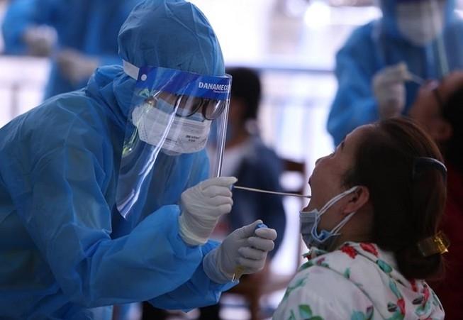 Nhân viên y tế lấy mẫu xét nghiệm COVID-19 . ( Ảnh: TL)
