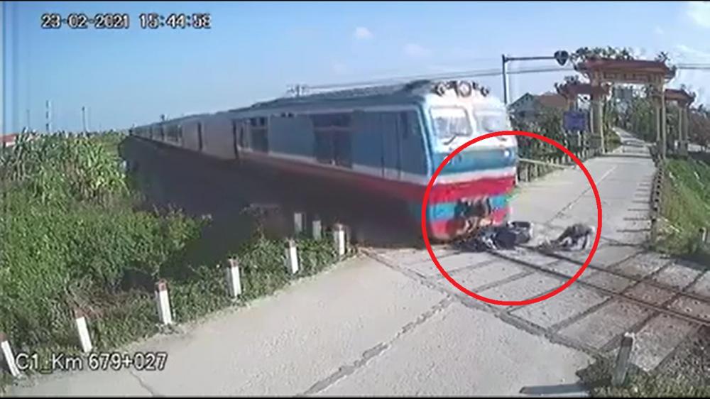 Video: Thót tim khoảnh khắc người đàn ông thoát chết ngay trước mũi tàu hỏa