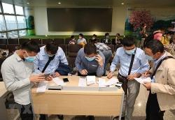 Người dân trở lại Hà Nội sau kỳ nghỉ lễ bắt buộc phải khai báo y tế